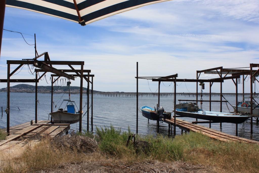 Portiques de pêches, casiers d'huîtres en arrière plan