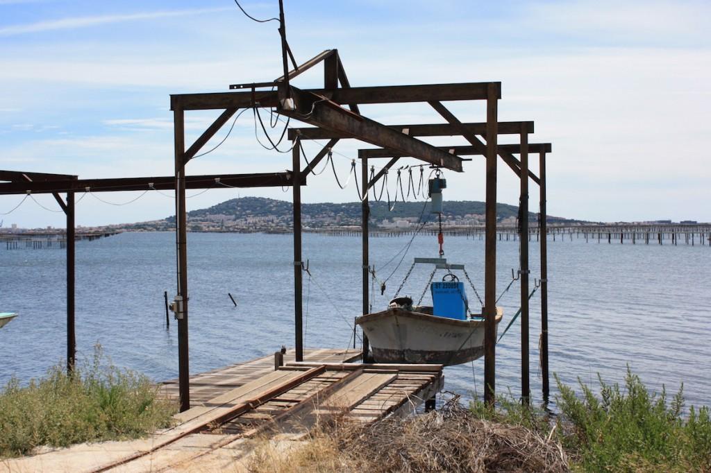 Colline de Sète derrière un bateau d'ostréiculteur