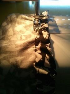 Couture de l'élastique du bustier légèrement froncé